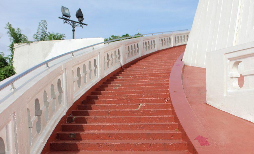 """Step by step, ouh baby... (Ici, l'escalier menant au """"Mont Doré"""" de Bangkok)"""