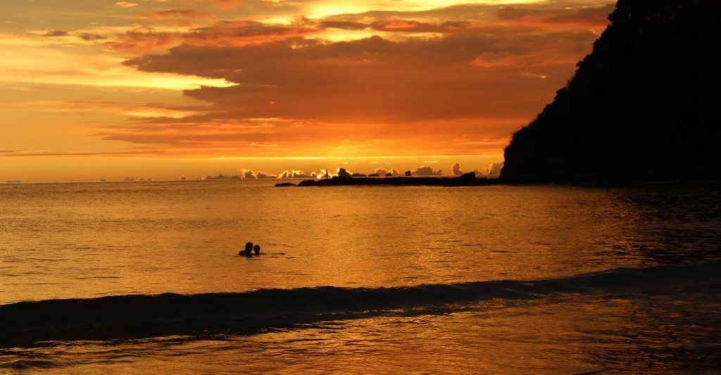 Coucher de soleil sur une plage du sud de Koh Lanta, la véritable île thaïlandaise.