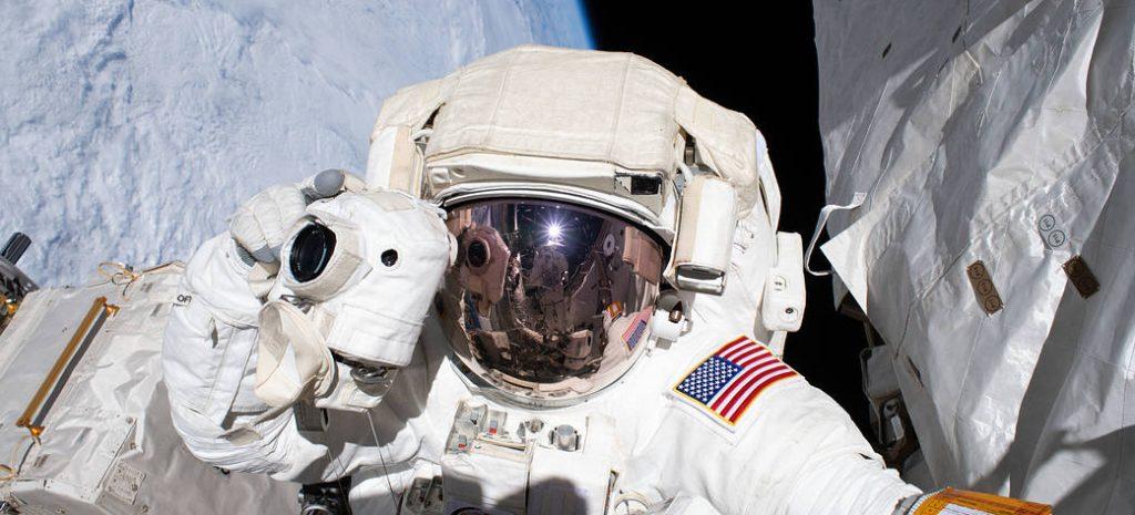 Astronaute en EVA pour effectuer des réparations sur l'ISS